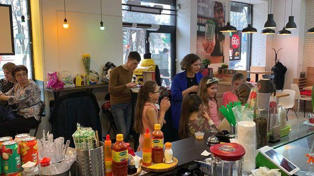 Những vị khách nước ngoài tới quán cà phê bán đồ ăn Việt Nam (Ảnh: RBTH)