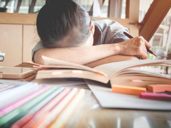 Căng thẳng, áp lực học tập, công việc có thể dẫn tới đau dạ dày. (Ảnh minh họa)