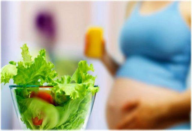 Nguyên nhân lây truyền vi khuẩn là do trong thời gian mang thai, người mẹ thường xuyên ăn rau xà lách sống