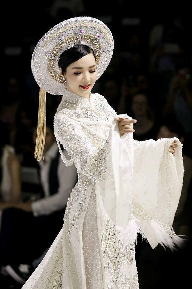 Và cũng không lạ khi chị thường xuyên được mời tham gia các buổi lễ thời trang của các nhà mốt danh tiếng trong nước