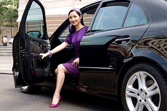 Trước đây, Hoa hậu đền Hùng chủ yếu đi lại bằng chiếc E-Class song đến tháng 11/2009, cô đã đổi sang Mercedes S-Class 2010 màu socola lần đầu tiên được nhập khẩu chính hãng về Việt Nam có giá khoảng 4 tỷ đồng.