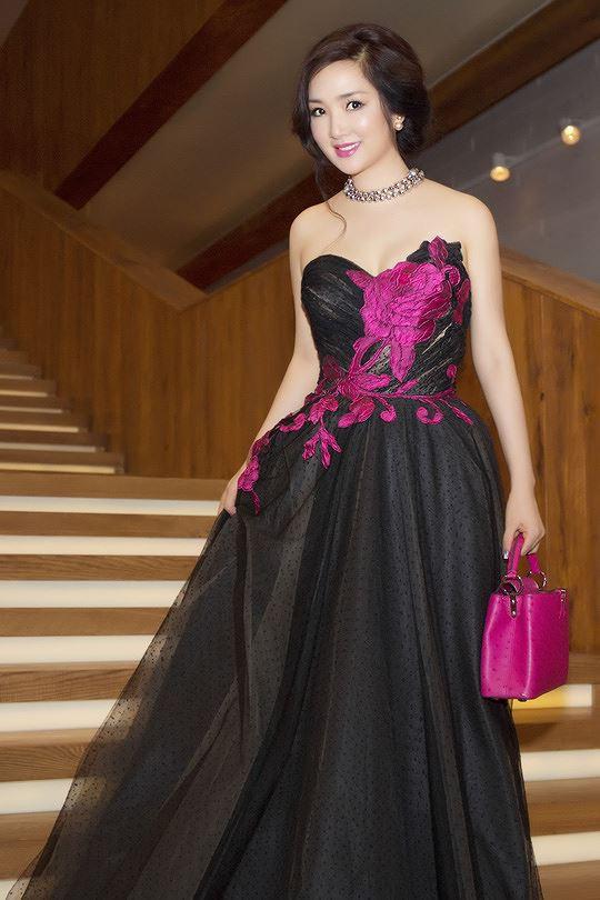 Do đó, những bộ trang phục gợi cảm thường được Hoa hậu đền Hùng ưu ái lựa chọn mỗi khi xuất hiện