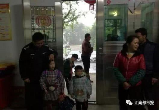 Sau 6 tiếng tìm kiếm trong mưa, cuối cùng cảnh sát đã tìm ra hai bé trong một căn nhà cũ ở ngay trong thôn