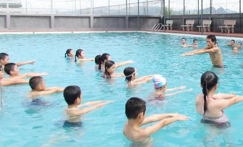 Học sinh học bơi vào mùa hè.