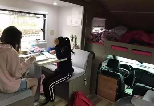 Nữ sinh học bài trong nhà di động giá 500.000 nhân dân tệ. Ảnh: Weibo