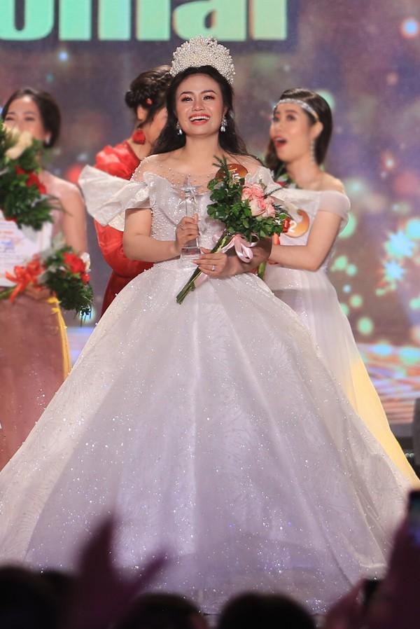 Sinh ra trong một gia đình có truyền thống nghệ thuật, Lương Hải Yến bộc lộ năng khiếu từ nhỏ. Cô được đào tạo bài bản tại Học viện Âm nhạc Quốc gia Việt Nam và từng tham gia nhiều cuộc thi ca hát. Không như chị gái theo đuổi dòng dân gian, Lương Hải Yến lại chọn phong cách thính phòng là sở trường.