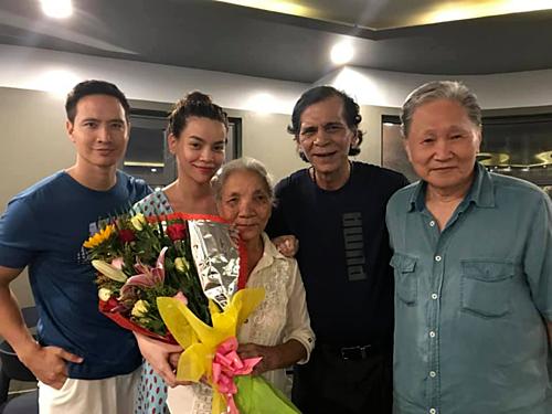 Bố Kim Lý (ngoài cùng bên phải) chụp ảnh cùng bố Hồ Ngọc Hà.