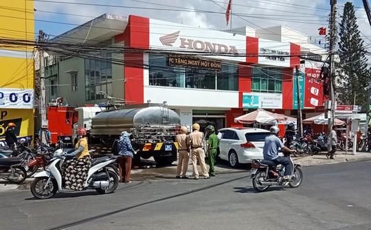 Lực lượng PCCC đang cho cho xe chữa cháy tiếp cận hiện trường