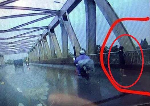 V.A. trước khi tự tử (ảnh do camera hành trình của người đi đường ghi lại). Ảnh: TL
