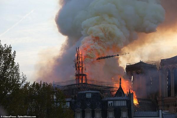 Hình ảnh nhà thờ Đức Bà bị cháy và sụp đổ.