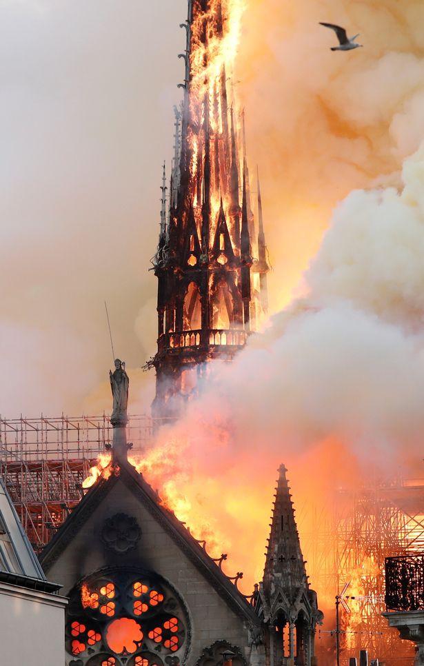 Hình ảnh đau lòng của nhà thờ khi chìm trong biển lửa