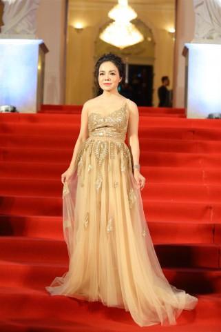 Ca sĩ Lan Anh chọn bộ váy xuyên thấu lệch vai nữ tính điểm xuyến họa tiết thêu tinh tế.