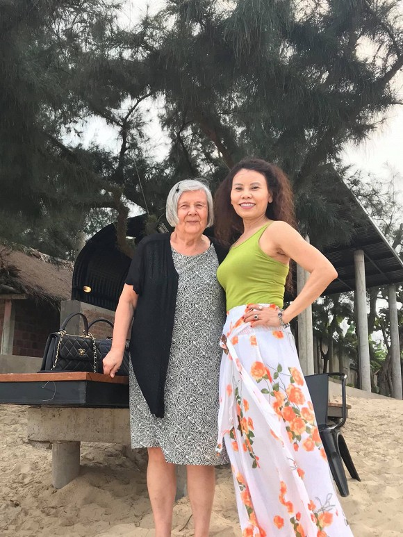 Mẹ Hà Hồ và mẹ Kim Lý thân thiết bên nhau