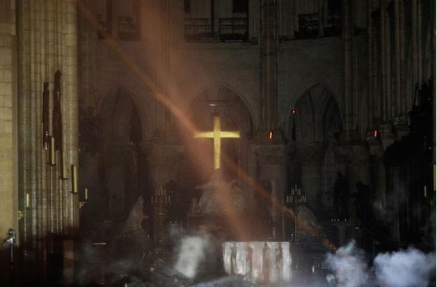 Toàn bộ khung gỗ của nhà thờ đều bị cháy