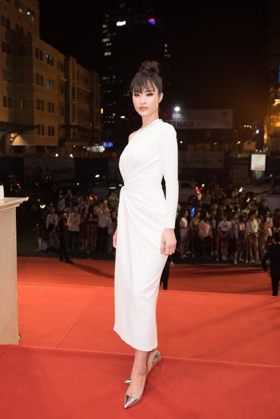Đông Nhi chọn bộ váy trắng tinh khôi với thiết kế lệch vai và chiết eo khoe khéo vóc dáng thon thả. Năm nay cô cũng được xuất hiện trong danh sách đề cử giải Cống hiến với hạng mục ca sĩ của năm.