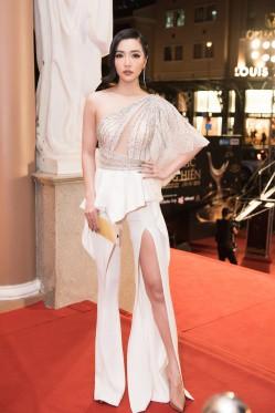 Bích Phương cũng xuất hiện với một set đồ khá lạ mắt, cô diện bộ suit lệch vai với đường cut-out táo bạo và đường xẻ tà cao khoe chân dài miên man.