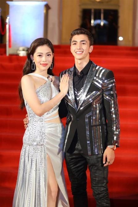Bình An – Phương Nga: Cặp đôi mới của Vbiz Bình Anh – Phương Nga vai kề vai tình tứ bên nhau tại thảm đỏ sự kiện và cả hai đều lựa chọn trang phục đồng điệu.