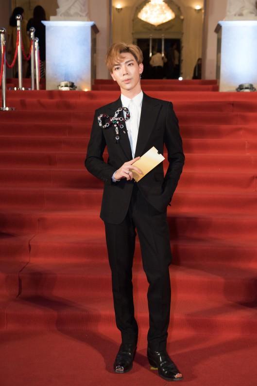 Nam ca sĩ trẻ Erik bảnh bao với bộ vest đen kết hợp sơ mi trắng và chiếc nơ to bản làm điểm nhấn nổi bật cho cả set đồ.