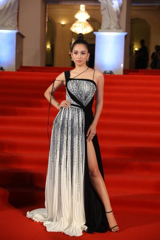Hoa hậu Tiểu Vy khoe nhan sắc rạng rỡ trong bộ cánh đính kết tỉ mỉ và đường xẻ tà cao ngút ngàn phô diễn đôi chân dài đáng ngưỡng mộ.