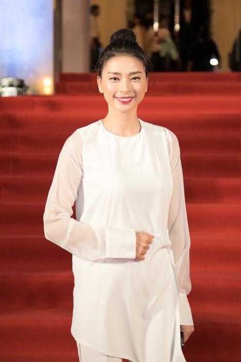 Ngô Thanh Vân bỗng dung xuất hiện đơn giản với một set đồ trắng và thiết kế vạt chéo cũng không mấy nổi bật.