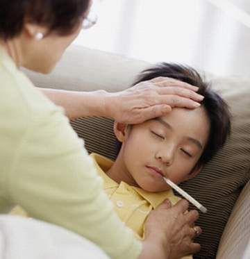 Bố mẹ cần theo dõi nhiệt độ của trẻ liên tục. Ảnh minh họa.