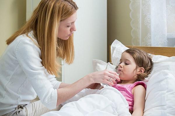 Chú ý cho trẻ uống nhiều nước lọc, nước hoa quả. Ảnh minh họa.