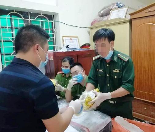 Lực lượng chức năng kiểm đếm lượng ma túy lớn.