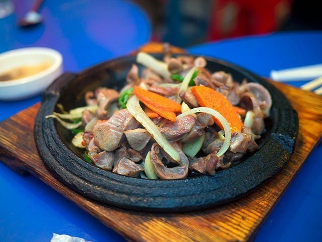 Dakddongjip hay còn gọi là hậu môn gà, một bộ phận không mấy ai thích ăn tại Việt Nam nhưng rất được ưa chuộng tại Hàn Quốc.