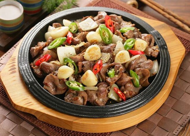 Nghe tên gọi thì rất là kinh nhưng rất nhiều nhà hàng ở Hàn Quốc kinh doanh món ăn này. Nó là một trong những đặc sản nổi tiếng của xứ sở kim chi mà bất cứ du khách nào đến đây cũng nên ăn thử.