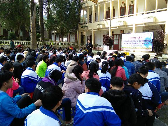 Học sinh huyện Bắc Hà tham gia diễn đàn tìm hiểu kiến thức DS/SKSS.     Ảnh: L.Luyến