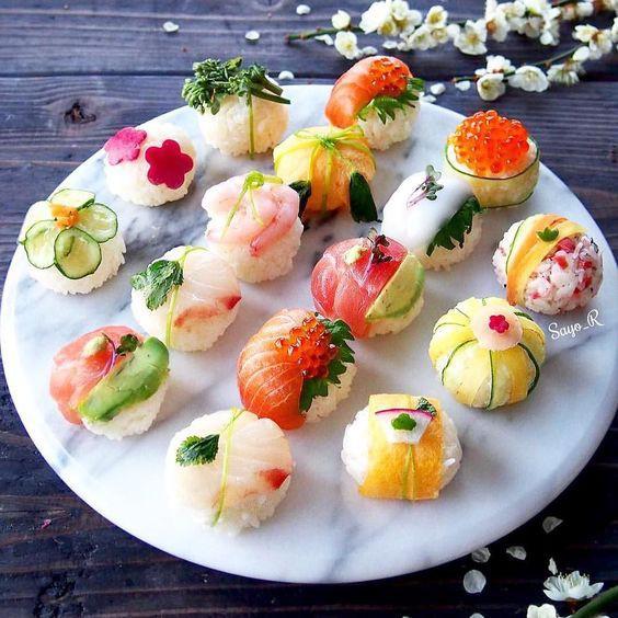 Mới nhìn qua có lẽ không ít người tưởng rằng đây là những chiếc bánh ngọt chứ không phải món sushi của người Nhật. Với cách tạo hình vuông và bánh donut, bạn sẽ cần đến sự trợ giúp của những chiếc khuôn bánh nhỏ để làm sushi theo cách này.