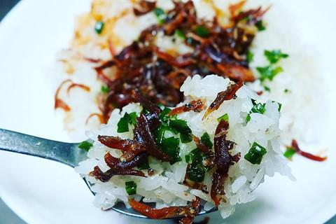 Xôi cá Nha Trang: Món xôi cá này chắc hẳn sẽ là một trải nghiệm mới cho những bạn mới lần đầu thử. Xôi gồm lớp nếp trắng dẻo có phủ một lớp cá cơm được kho đậm đà trong sốt chua ngọt. Một lớp mỡ hành, hành phi thơm béo sau đó được phết trên cùng, tạo nên một món ăn rất hấp dẫn. Hiện nay, bạn có thể tìm thấy món xôi này tại các cửa hàng chuyên bán món Nha Trang ở Sài Gòn. Ảnh: alfresng, hillaryhoai_1993.