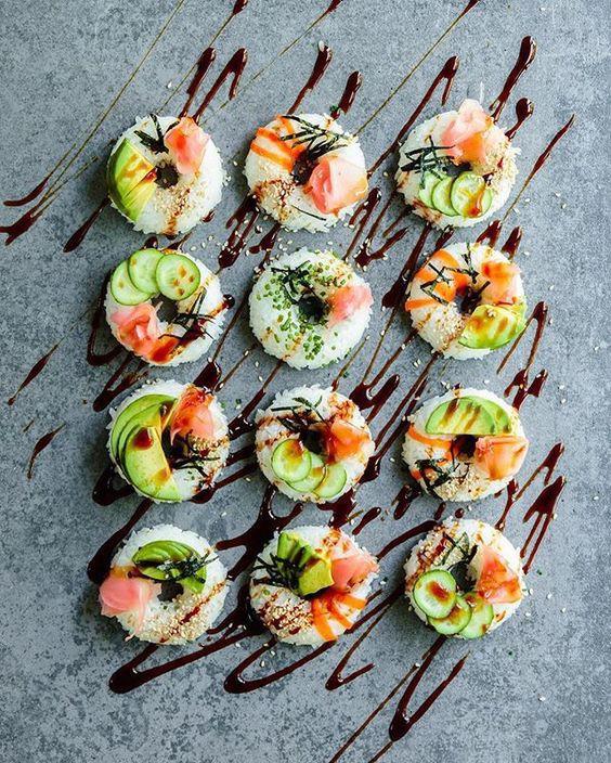 Khi gia đình có tiệc, bạn có thể làm sushi theo cách dưới đây vừa nhanh vừa dễ dàng. Những viên sushi vuông vắn đều tăm tắp được phủ lên những nguyên liệu khác nhau như cá hồi, dưa leo, trứng, cá tuyết và trứng cá tạo thành những màu sắc vô cùng bắt mắt và hấp dẫn.