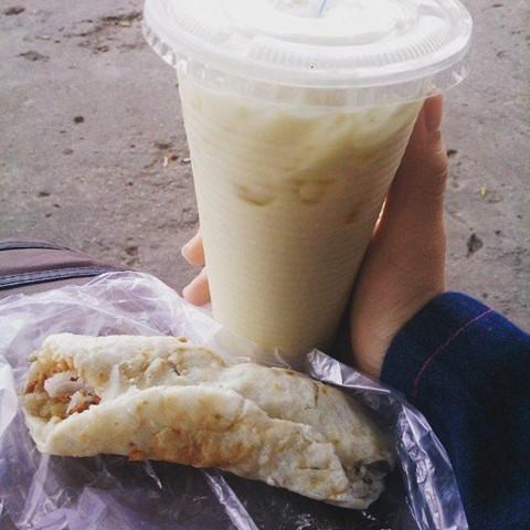 Xôi sầu riêng bánh phồng: Chỉ với 10 nghìn đồng, bạn đã có một gói xôi thơm béo rất chất lượng. Món ăn làm từ xôi đậu xanh có phủ một lớp sầu riêng béo ngậy. Người bán sau đó rắc thêm chút đậu phộng, đường rồi gói tất cả nguyên liệu trong một lớp bánh phồng dẻo dai. Bạn có thể tìm thấy món quà vặt hấp dẫn này tại ngã ba Nguyễn Thị Thập, Lâm Văn Bền, quận 7. Ảnh: dockter_pew, nhathonggg319.