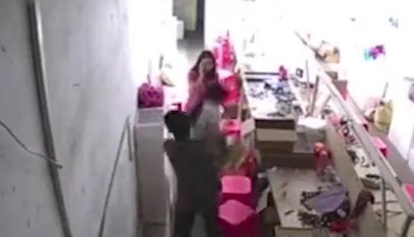 Đoạn clip ghi lại cảnh tượng kinh hoàng gây phẫn nộ cho cộng đồng mạng