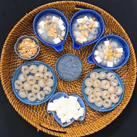 Chè khúc bạch là món giải khát quen thuộc những ngày hè. Món ăn này gồm phần nước đường và topping. Để làm topping thạch, thành phần làm nên đặc trưng của chè khúc bạch, bạn cần chuẩn bị sữa tươi không đường, phô mai, kem tươi, sữa đặc, bột gelatin. Ngoài ra, nhãn tươi, hạnh nhân lát, hạt é là những topping không thể thiếu. Để làm nước chan, bạn dùng đường phèn. Món chè là sự kết hợp giữa vị ngậy của thạch, vị ngọt thanh của đường phèn, ngọt sắc của nhãn và hương thơm bùi từ hạnh nhân.