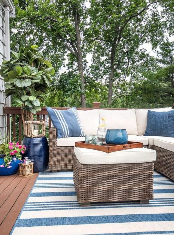 Hiên mùa hè tươi mát với 2 sắc màu xanh và trắng, đồ nội thất đan lát và kẻ sọc.