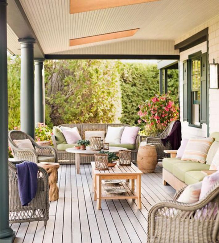 Đồ nội thất wicker trung tính kết hợp với các mặt hàng bằng gỗ là một ý tưởng vượt thời gian đem lại cảm giác thư thái.