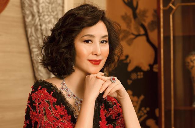Bị hoa hậu giật chồng, Hà Siêu Quỳnh vươn lên thành nữ tỷ phú giàu có bậc nhất Hồng Kông.