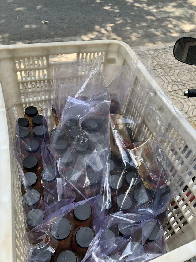 Mỗi túi hàng ít nhất có 4 chai
