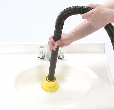 Bạn có thể dùng máy hút bụi, loại có cả hai tính năng khô và ướt, để hút phần tắc dưới bồn rửa.