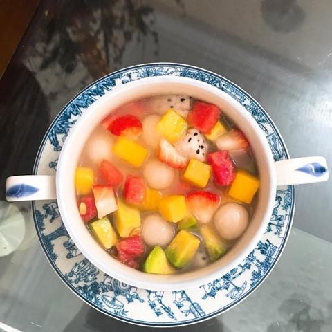 Thay vì dùng hoa quả tươi thông thường, bạn có thể biến tấu thành món chè hoa quả trân châu dẻo. Nước chan của chè gồm đường thốt nốt nấu chảy quyện cùng nước cốt dừa. Trân châu dẻo được làm từ bột năng trộn cốt dừa thành hỗn hợp bột mịn, viên bột vừa ăn và nấu đến khi bột đặc và trong. Trân châu và hoa quả được trộn cùng nước chan và thưởng thức lạnh.