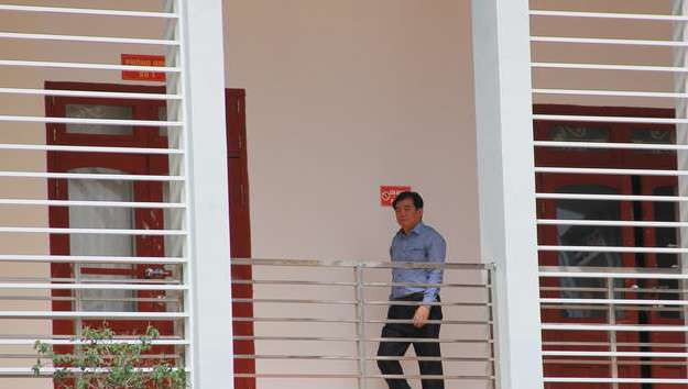 Ông Hoàng Tiến Đức - Giám đốc Sở GD-ĐT tỉnh Sơn La xuất hiện sau khi cơ quan công an khởi tố một số cán bộ của sở hồi cuối tháng 7/2018. Ảnh: Hà Thanh