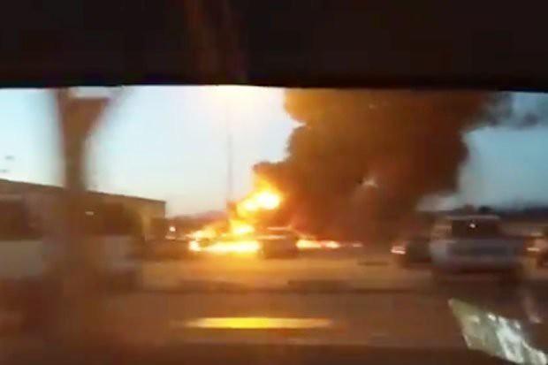 Hình ảnh máy bay bốc cháy sau khi rơi xuống đường băng.