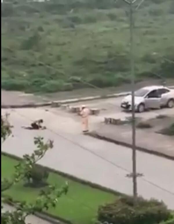CSGT đứng rất gần tên Nghị khi hắn đang dùng kéo sát hại nạn nhân (ảnh cắt từ clip)