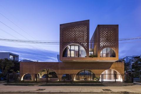 Ngôi nhà Cuckoo ở Hòa Xuân, Đà Nẵng như tên gọi của nó, được đặt trên đỉnh một quán cà phê, như một con chim đậu trên cành cây.