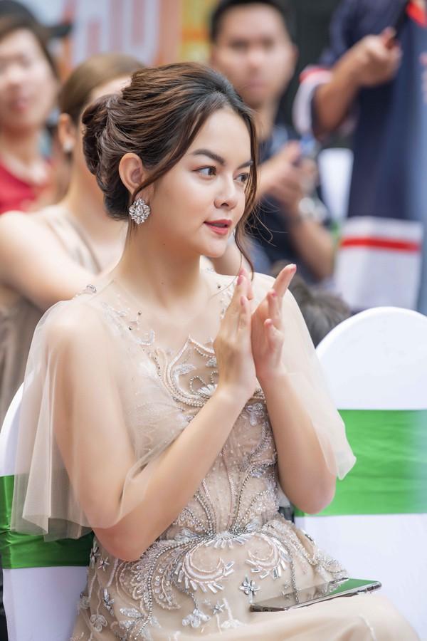 Phạm Quỳnh Anh tái xuất làng giải trí với hình ảnh quyến rũ, trưởng thành