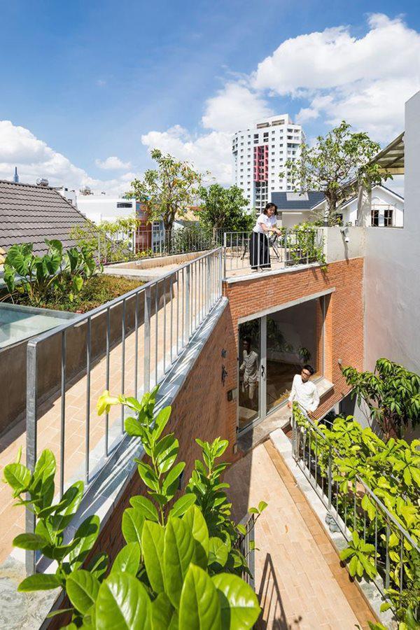Nhận thấy được sự phát triển dày đặc của mô hình nhà phố ở Việt Nam, các kiến trúc sư đã quyết định thiết kế một ngôi nhà xanh, nơi cây cối đan xen với cuộc sống của con người.