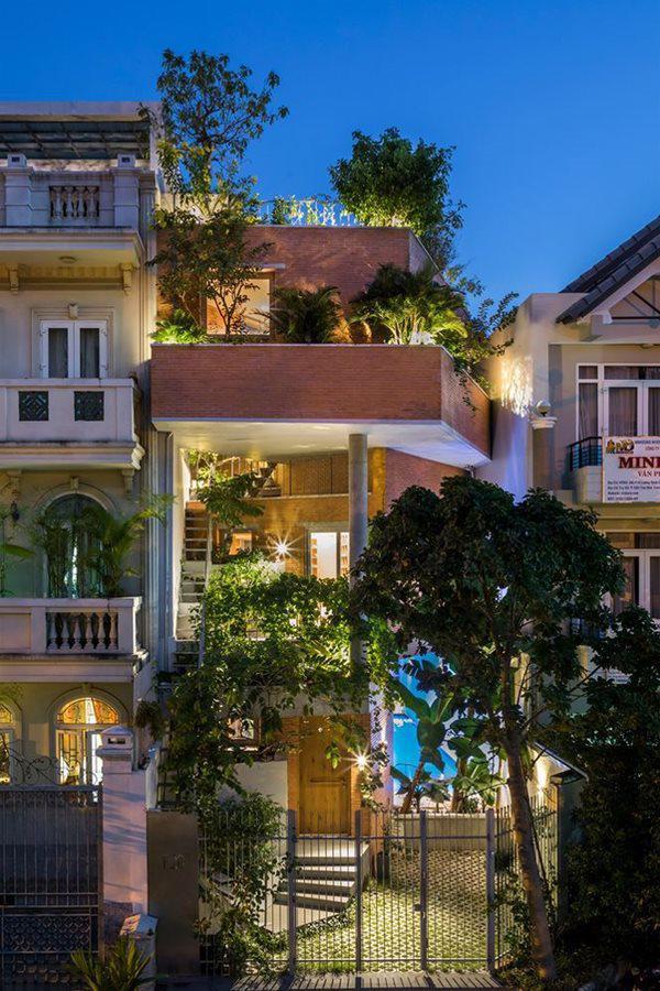 Nằm dự án ngôi nhà cây xanh, nhà phố 3 tầng độc đáo này chính là giải pháp mới để con người và cây xanh có thể liên kết chặt chẽ với nhau nhiều hơn.