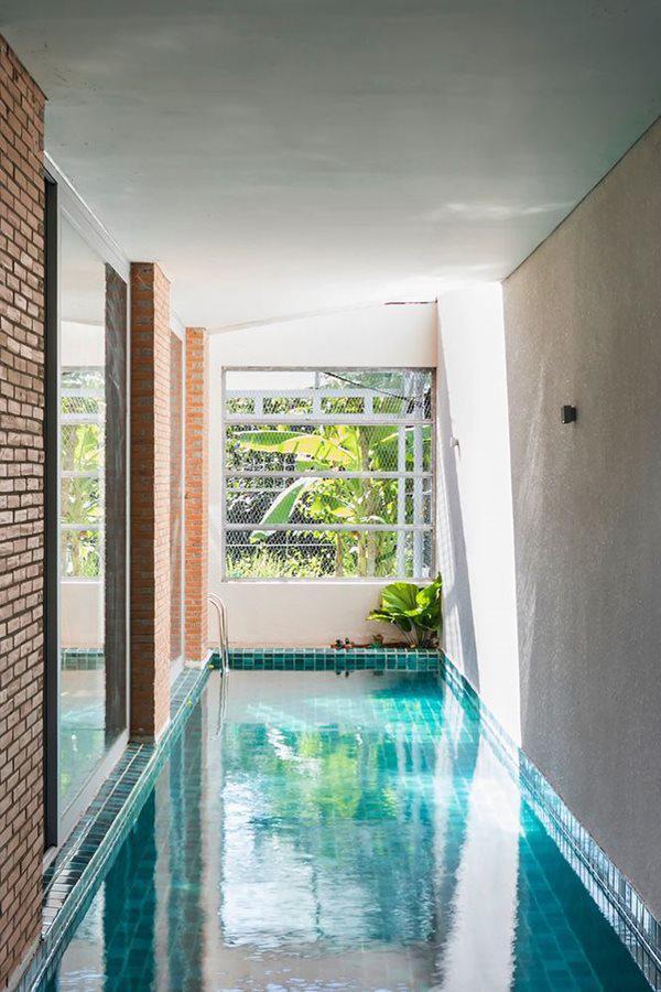 Yêu cầu của gia đình không chỉ là một ngôi nhà thông thường mà cần có khu vườn rộng, một bể bơi, không gian tập thể dục và bãi đậu xe. Tuy nhiên, với điều kiện diện tích không cho phép, các kiến trúc sư đã chia khu vườn lớn thành những khu vườn nhỏ nối tiếp nhau.
